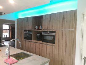keuken met kookeiland en blauw licht